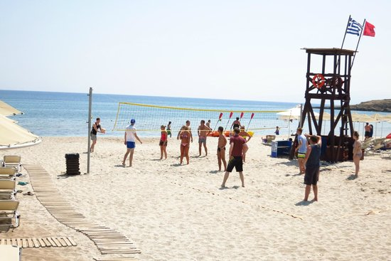 Creta Maris Beach Resort: Playing beach volleyball with the fab Animation Team