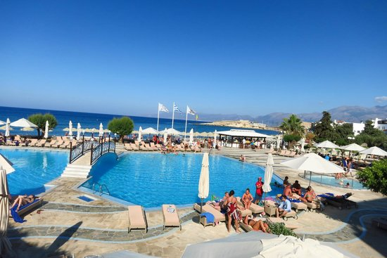 Creta Maris Beach Resort: Main pool area...lots of loungers!