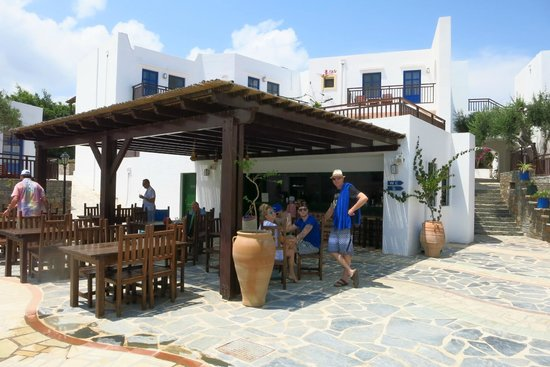 Creta Maris Beach Resort: The Steki bar next to one of the quieter pools