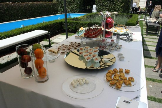 Grand Visconti Palace : Fruits and desserts table