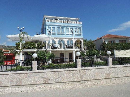 Villa Mediterana: Vooraanzicht hotel