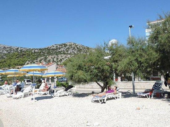 Villa Mediterana: Strand met zetels en parasols