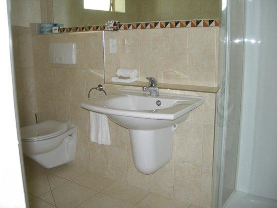 Pebble Beach Motor Inn: Bathroom