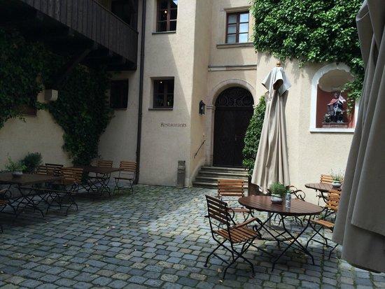 Hotel Burg Wernberg: Innenhof der Burg