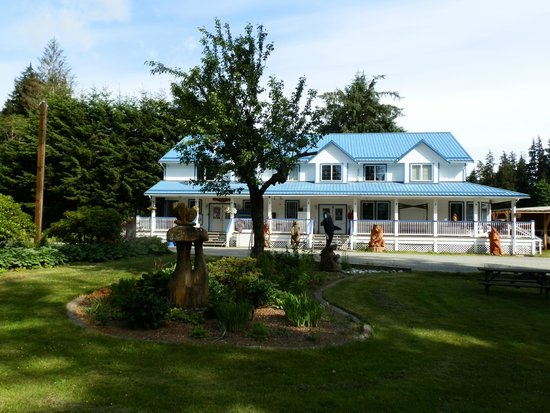 Sayward Valley Resort Fisherboy Park: Motel from the gardens