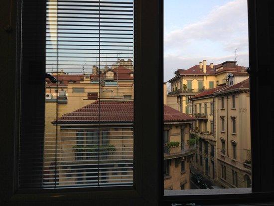 EuroHotel : Вид из окна отеля, окна выходят на красивую, тихую улочку