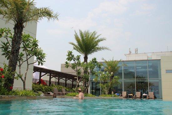 бассейн в Swissotel Kolkata, India
