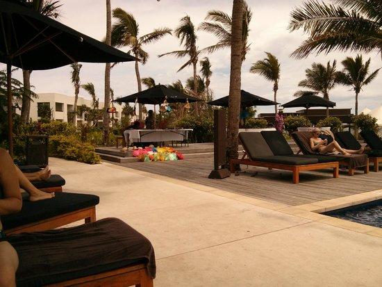 Hilton Fiji Beach Resort & Spa: poolservice
