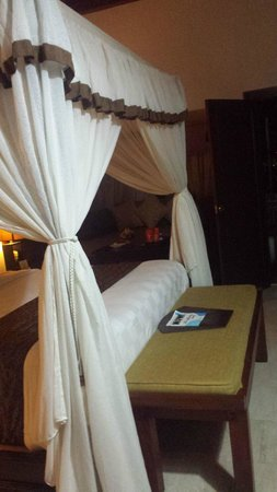 Ramayana Resort & Spa: 4-poster canopy king bed