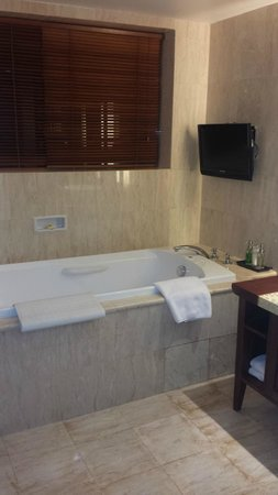 Ramayana Resort & Spa: Large tub in stylish bathroom