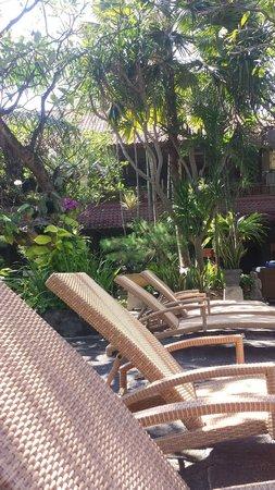 Ramayana Resort & Spa: Pool loungers