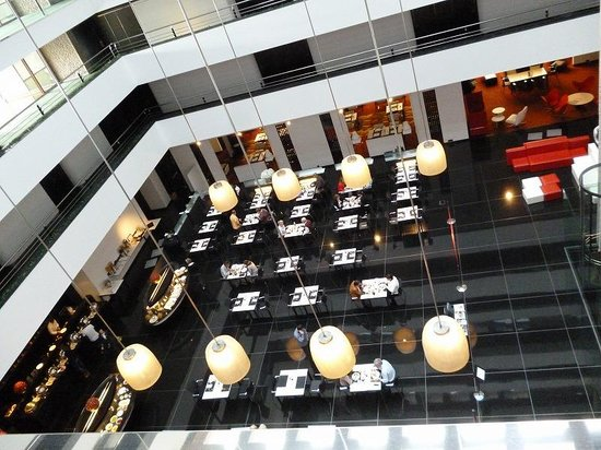 Hilton Madrid Airport: レストラン1階