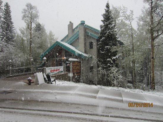 Alpine Village Suites: Snow in late May!
