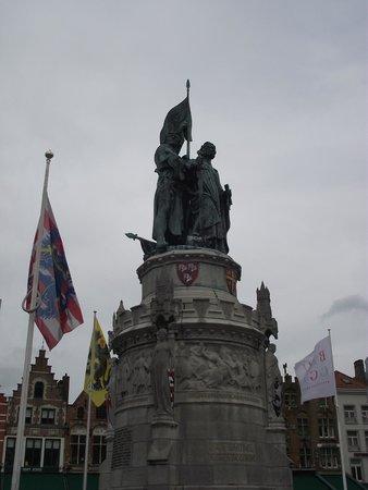Grand-Place : Estátua no centro da praça.