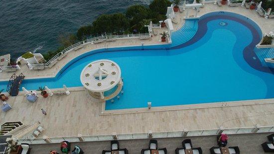 Korumar Hotel De Luxe: Uitzicht zwembad