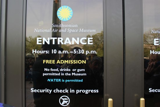 Museo Nacional del Aire y el Espacio: entrance door, Mall side, National Air & Space Museum, Washington, DC April 2014