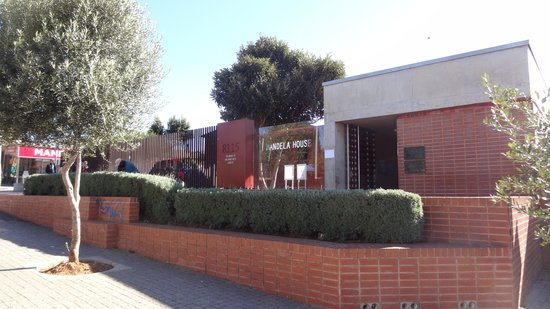 Felleng Day Tours : Visiting Nelson Mandela's home in Soweto