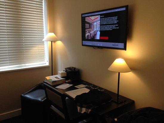 The Nadler Soho : Desk, TV