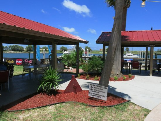 Redfish Willies Waterfront Grill : Patio seating