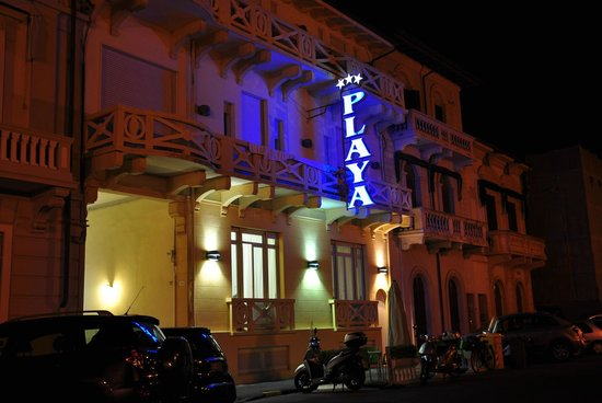 Hotel Playa : The hotel by night