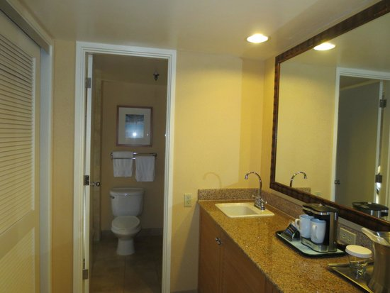 Hilton Hawaiian Village Waikiki Beach Resort: Bathroom area (Tapa tower)