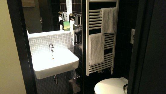 MEININGER Hotel Berlin Airport: Bath