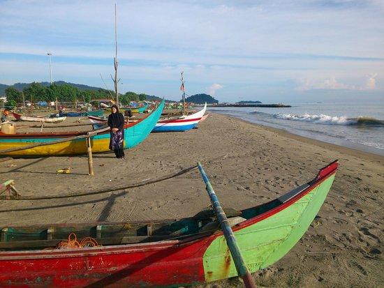 Pangeran Beach Hotel: boats on beach behind the hotel