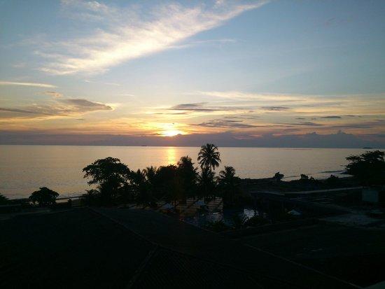 Pangeran Beach Hotel: sunset from balcony