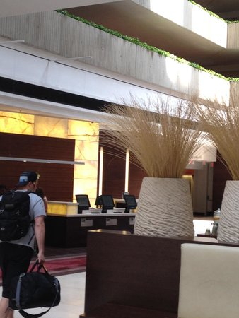 Hyatt Regency O'Hare: Entry lobby reception