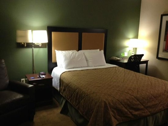Extended Stay America - Orange County - John Wayne Airport: Bed area