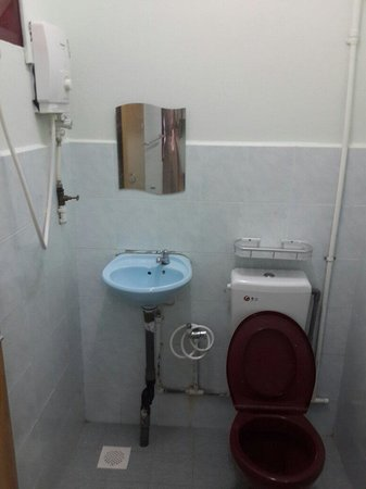 Budget Beach Resort: Bathroom attached with hot shower