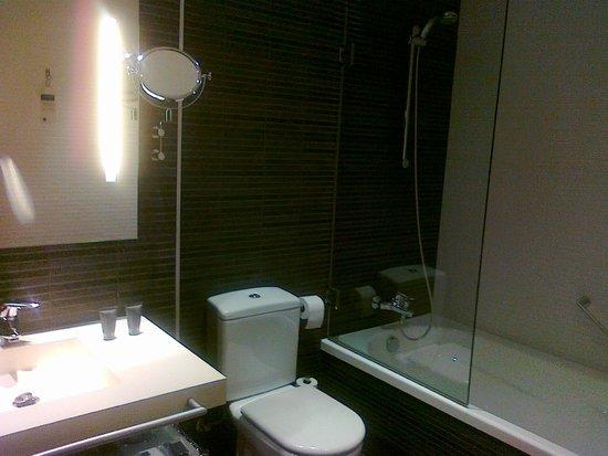 AC Hotel Palau de Bellavista by Marriott: Quarto de banho