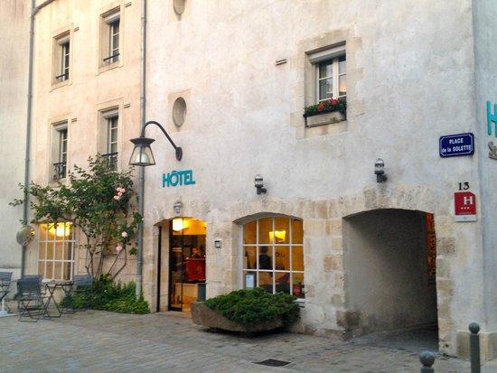 Hotel Saint Nicolas: petite terrasse devant l'hôtel