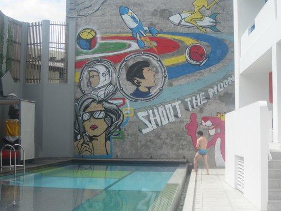 Luna2 Studiotel: Awesome mural poolside