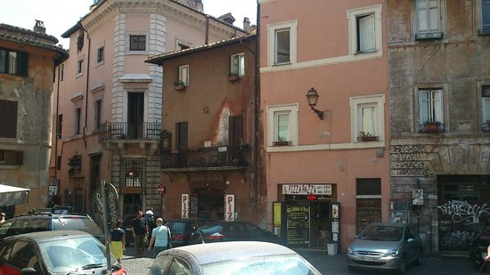 Osteria Pizzeria Margherita: окно в доме по диагонали