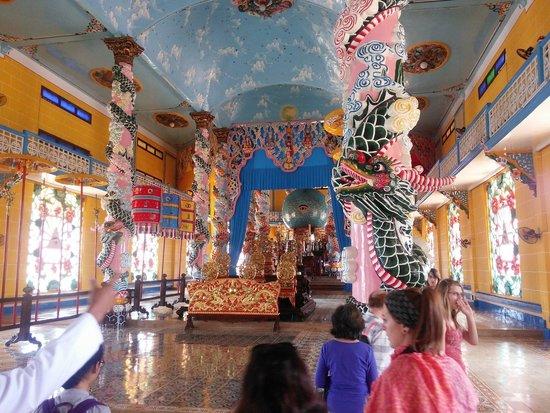 Cao Dai Temple: 礼拝前は、わりと自由に案内して下さいました。