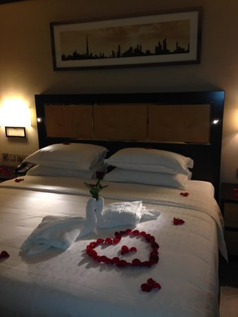 Sheraton Dubai Creek Hotel & Towers : Thoughtful touch for anniversary stay - rose petals