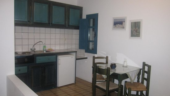 Oia's Sunset Apartments : Each room has its own kitchen