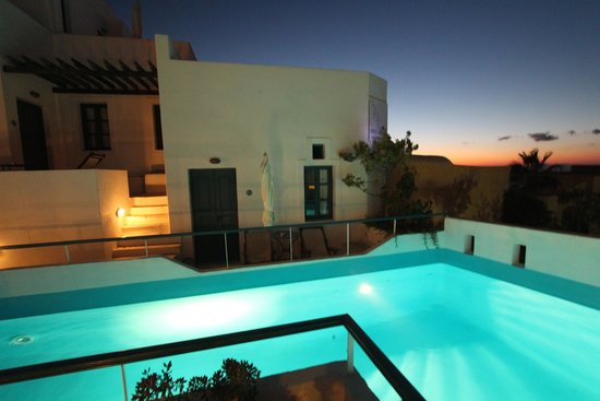 Oia's Sunset Apartments : The pool right outside all of the rooms