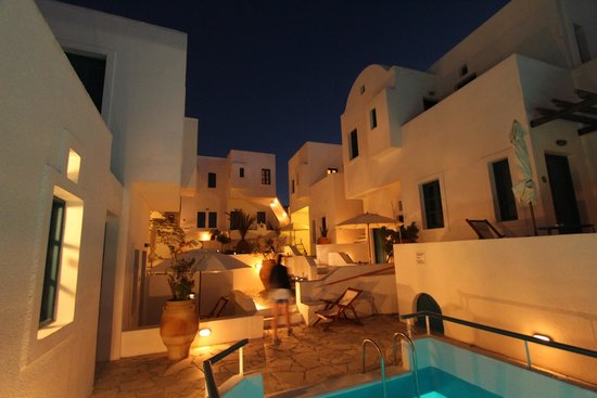 Oia's Sunset Apartments: The hotel at night