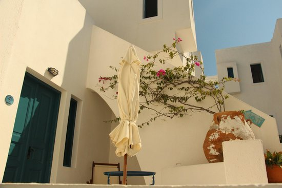 Oia's Sunset Apartments: The rooms have small patios with umbrellas and chairs