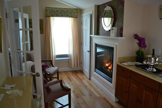 Maine Stay Inn and Cottages: Gas fireplace