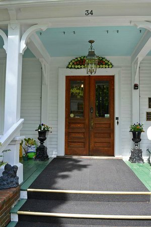 Maine Stay Inn and Cottages: Front entrance