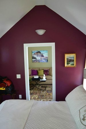 Maine Stay Inn and Cottages: Bedroom and view into living room
