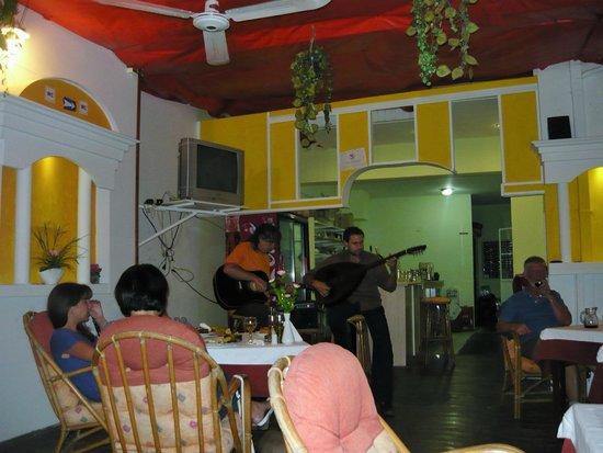 Acropolis Taverna: Музыка во время ужина
