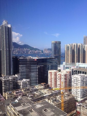 Rosedale Hotel Kowloon : Stunning view of HK island from our room on the 28/F