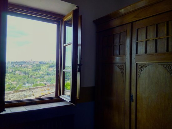Santa10: a room with a lovely view of siena's medieval cityscape