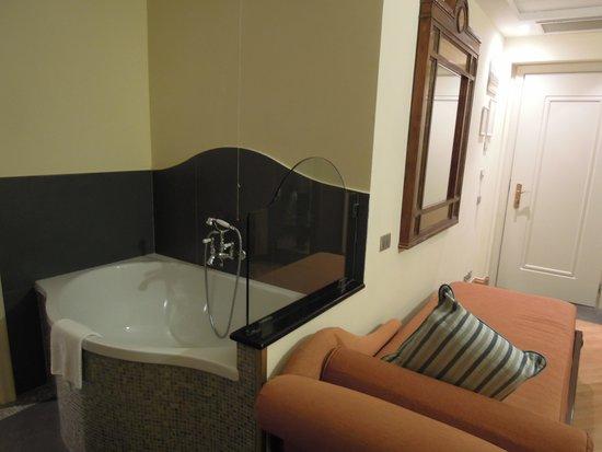 Grand Hotel Savoia: 部屋の中バスタブが