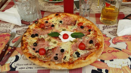 Mea Culpa Pizzeria & Trattoria : Huge pizza, with bacon and spice and everything nice...