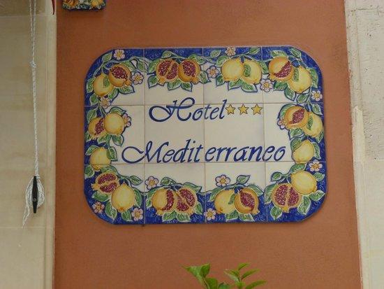 Hotel Mediterraneo: plaquita que identifica al hotel